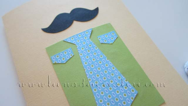 Dal cartoncino verde o azzurro ricava un rettangolo (sará la camicia)