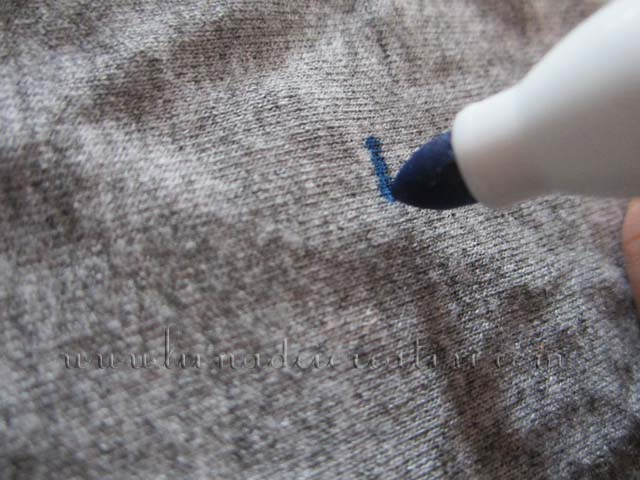 Per scrivere, è meglio fare dei piccoli tratti, avvicinando e staccando la punta del pennarello dalla stoffa
