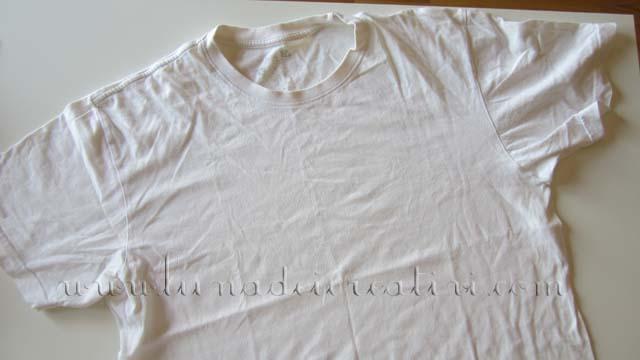 Stendi la maglietta sul tuo piano di lavoro