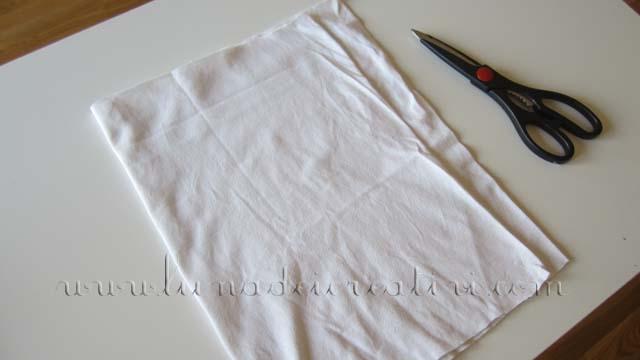 Piega a metá la maglietta ma fai in modo che gli ultimi 2-3 cm non si sovrappongano