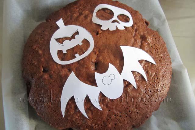 poggia i soggetti ritagliati sulla torta