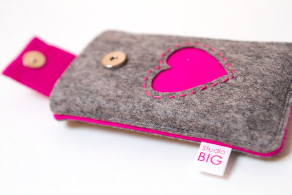 Cover per IPhone di StudioBig (Etsy Shop, circa 30€)
