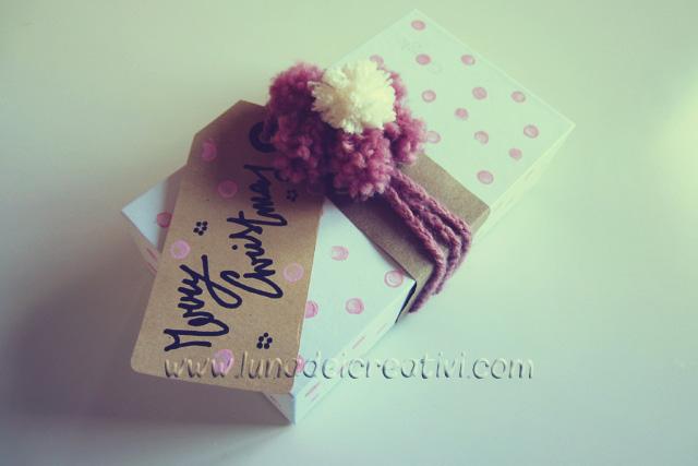 Pacchetto di Natale a Crochet con Fiore di Pon-Pon