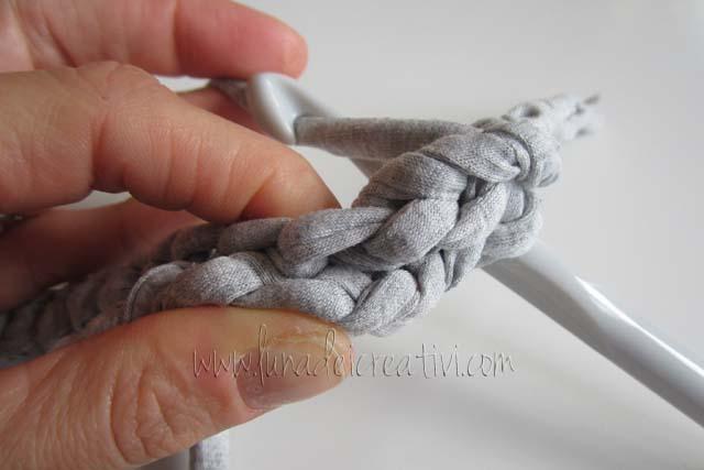 Fig. 3 - Fai una maglia bassa intorno a questo cordoncino (step 1)