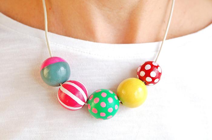 Collana con perle in legno dipinte a mano by Made by eleonora