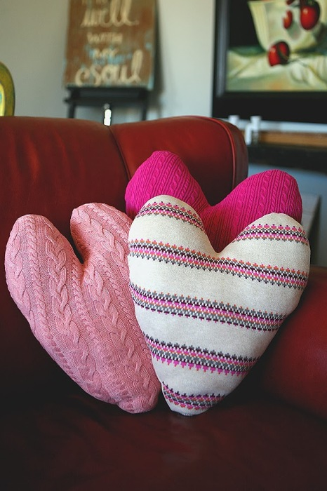 Cuscini a forma di cuore by eighteen 25 (sweater heart pillows)
