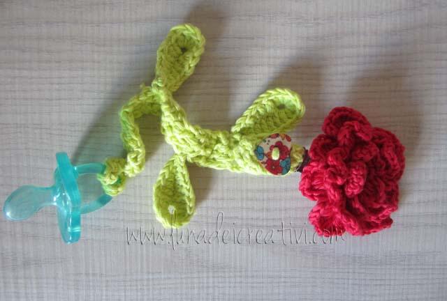 portaciuccio con rosa a crochet