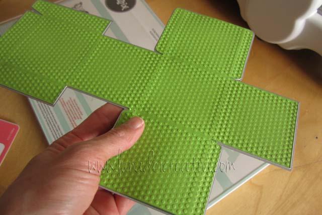 Fig. 6 - Stacchiamo il cartoncino dalla fustella