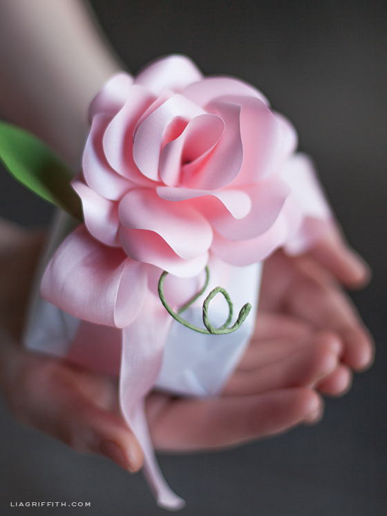 Paper Rose Gift Topper di lia griffith