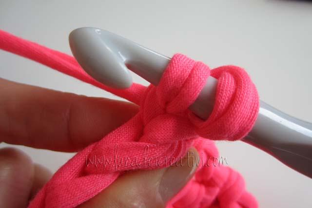 Poi si fa un gettato e si ripassa l'uncinetto sotto il filo posteriore della maglia