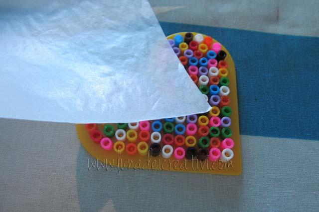 Fig. 2 - Posizionate tutte le pyssla, ricoprile con la carta in dotazione (o con la carta forno)